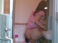 和式トイレ後方から丸見えの美尻!踏ん張って勢いよく飛び出すうんこ