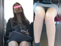 電車対面パンチラ!座るとズリ上がるミニスカで奥まで丸見えの美脚美女