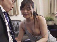 胸チラを見てたけどやっぱりバレてた!乳首丸見えで誘惑するノーブラ人妻