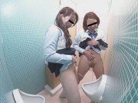 悪ノリ女学生立ち小便!尿意に耐えられず男子便所でおま〇こを広げる娘たち