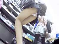 街角パンチラ盗撮!美脚娘はスカートをめくって食い込みパンティー激写